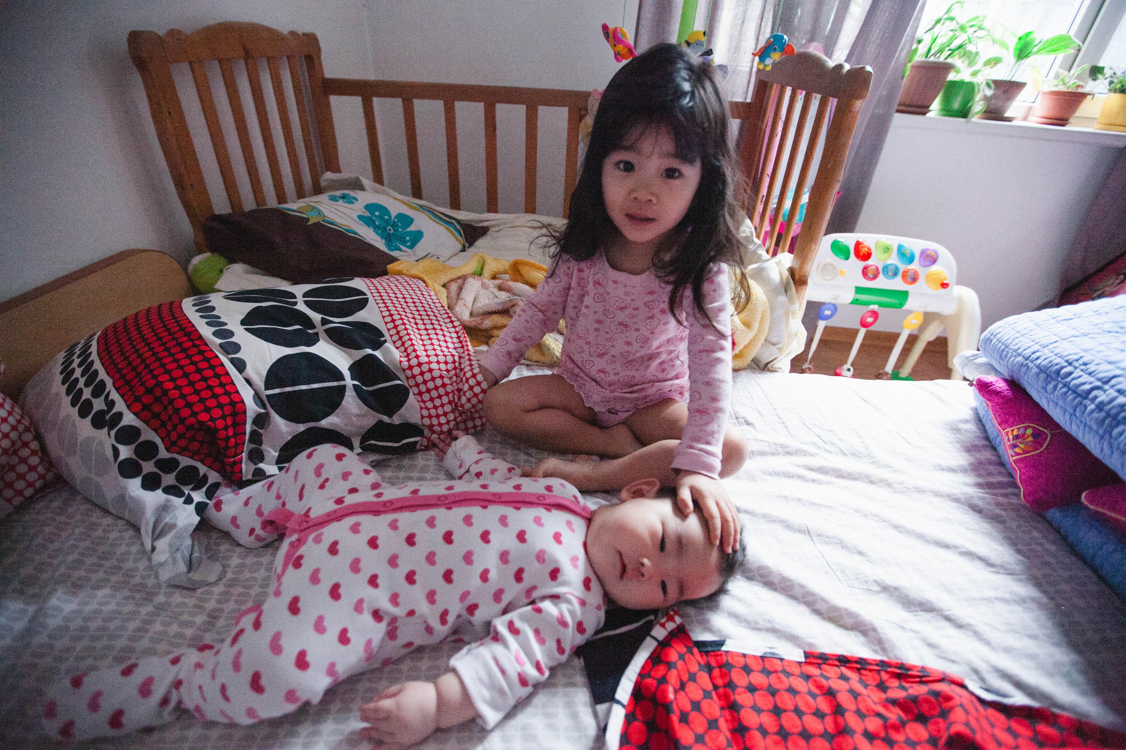 Сестра моет младшего братика смотреть 2 фотография