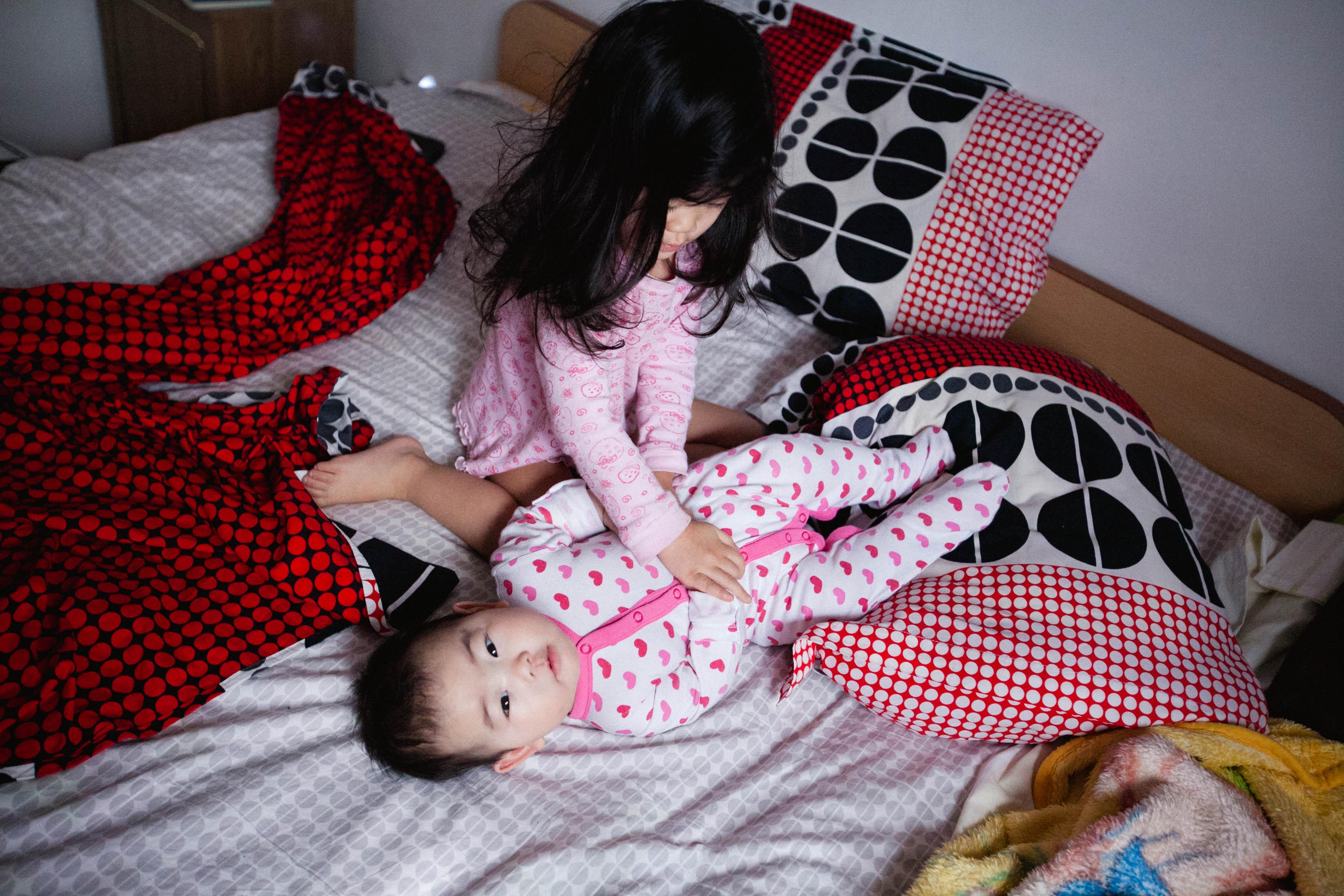 Сестра моет младшего братика смотреть 6 фотография