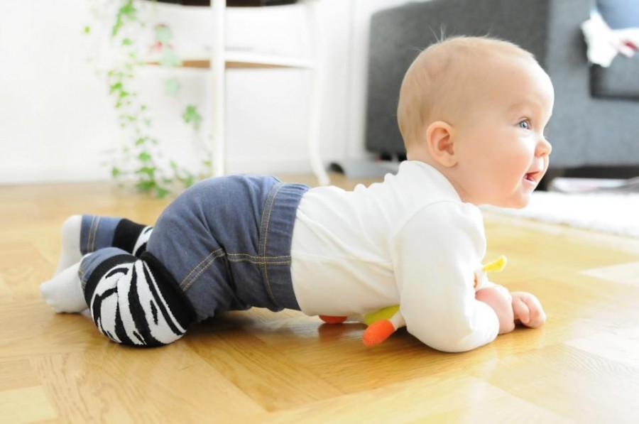 Как научить ребенка сидеть и ползать