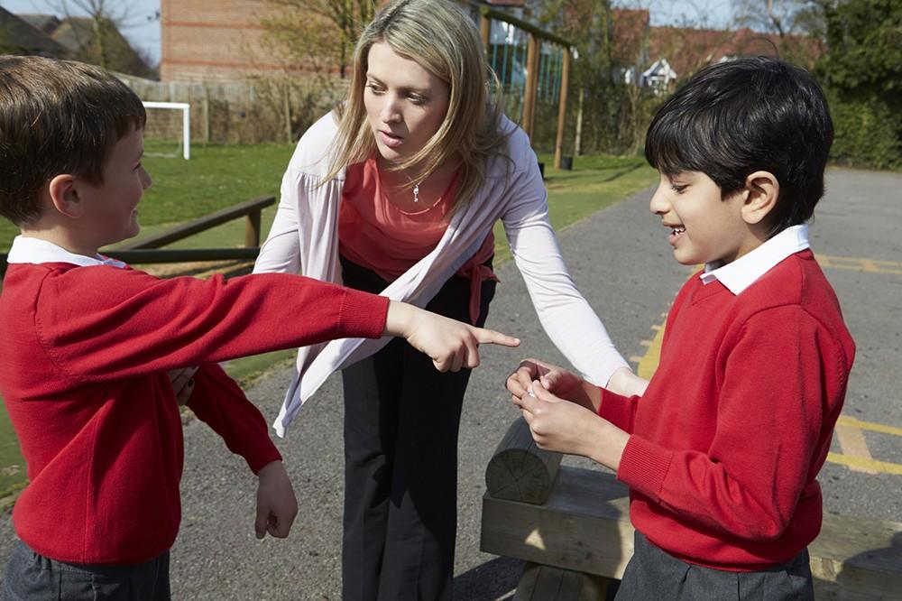 Инструкция для родителей: что делать, если вашего ребёнка бьют в школе
